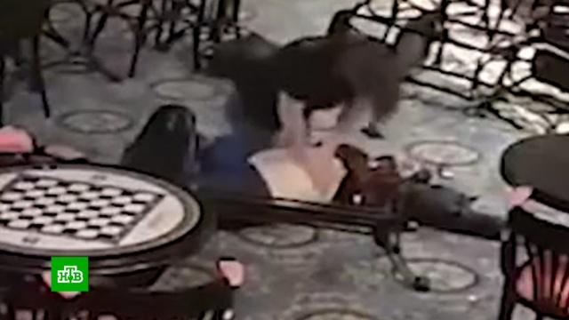 Убийство посетителя бара вцентре Москвы попало на видео.Москва, драки и избиения, суды, убийства и покушения.НТВ.Ru: новости, видео, программы телеканала НТВ