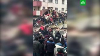 ВСтамбуле из рухнувшего дома спасли троих человек