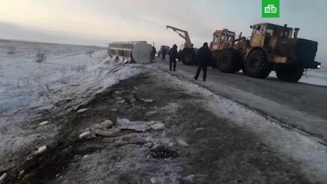Жители Казахстана ведрами черпали спирт, разлившийся после ДТП.ДТП.НТВ.Ru: новости, видео, программы телеканала НТВ