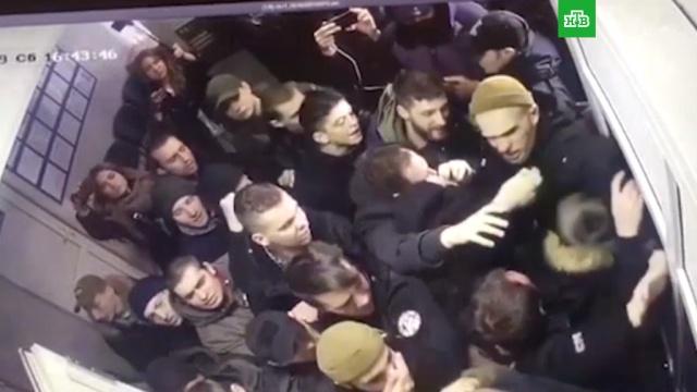 Нападение толпы на полицейский участок в Киеве попало на видео.Киев, Украина, беспорядки, задержание.НТВ.Ru: новости, видео, программы телеканала НТВ