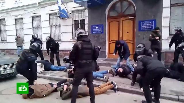 Киевского полицейского решили наказать за выкрик «ложись, Бандера!».Украина, беспорядки, скандалы.НТВ.Ru: новости, видео, программы телеканала НТВ