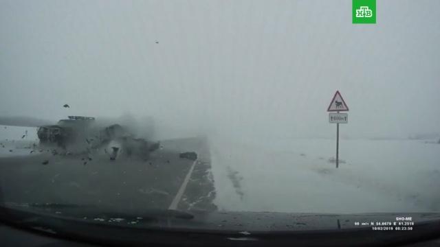 Смерть двух человек на заснеженной трассе попала на видео.НТВ.Ru: новости, видео, программы телеканала НТВ