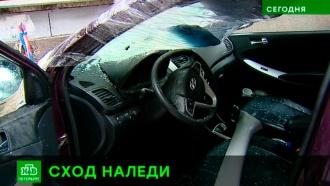 В Петербурге десятки автомобилей разбиты глыбами льда