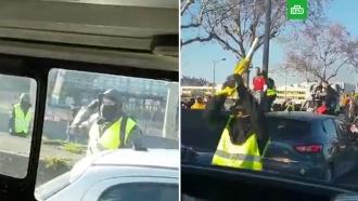 ВЛионе «желтые жилеты» напали на машину полиции сдевушкой за рулем