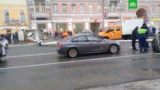 Автовышка упала на дорогу в центре Москвы