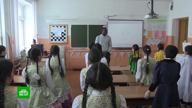 Вякутской школе уроженец Нигерии учит детей китайскому языку.НТВ.Ru: новости, видео, программы телеканала НТВ