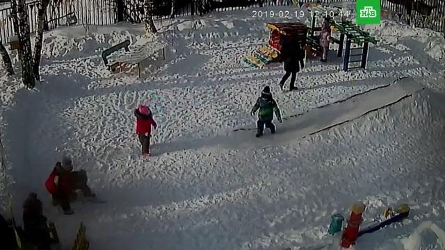 Появилось видео из детсада, где чуть не умерла повисшая на капюшоне девочка.В Челябинской области маленькая девочка чуть не погибла во время прогулки в детском саду. Малышка зацепилась капюшоном за лестницу на горке и провисела без сознания несколько минут.дети и подростки, детские сады.НТВ.Ru: новости, видео, программы телеканала НТВ