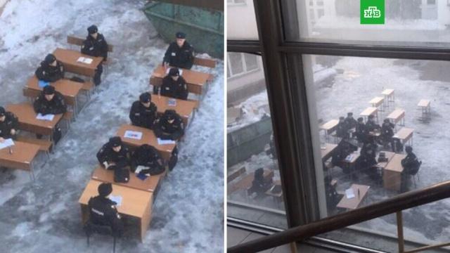Курсантов МВД в Москве посадили за парты на морозе.Студентам Московского университета МВД устроили занятие на морозе. Для этого им поставили парты и стулья прямо на льду во дворе вуза.МВД, Москва, вузы, морозы.НТВ.Ru: новости, видео, программы телеканала НТВ