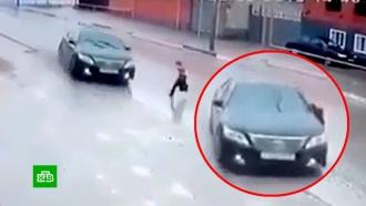Ребенок чудом не погиб, выбежав на проезжую часть перед машиной