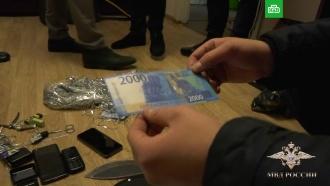 Житель Подмосковья научился подделывать крупные купюры с помощью мишуры