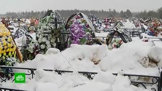 На нижегородском кладбище свежие могилы завалили грязным снегом иземлей