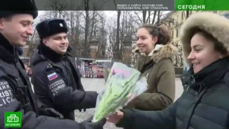 Туристическая полиция Петербурга одарила иностранок букетами тюльпанов