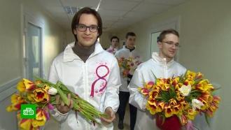 Цветы, подарки, комплименты: женщины принимают поздравления с8Марта