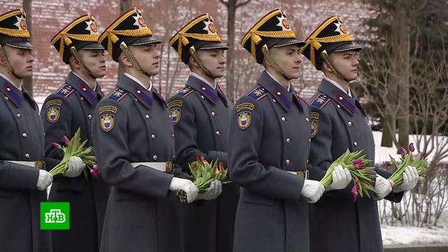 Президентский полк поздравил россиянок с 8 Марта.8 Марта, Москва, торжества и праздники, женщины.НТВ.Ru: новости, видео, программы телеканала НТВ