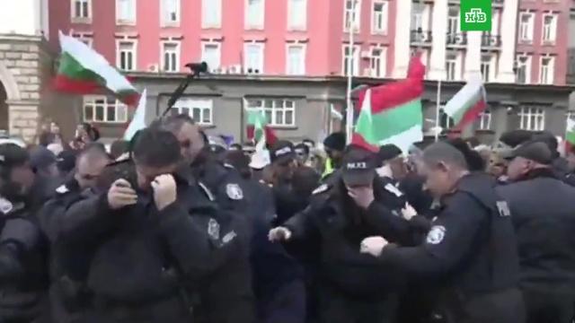 Разгоняющие митинг полицейские атаковали газом сами себя.Болгария, митинги и протесты, полиция.НТВ.Ru: новости, видео, программы телеканала НТВ