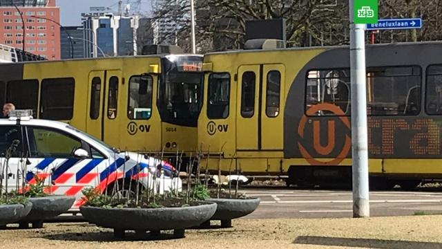 В Голландии ловят террориста, расстрелявшего людей в трамвае.В голландском городе Утрехте объявлен максимальный уровень террористической угрозы после стрельбы в трамвае.Нидерланды, терроризм, школы.НТВ.Ru: новости, видео, программы телеканала НТВ