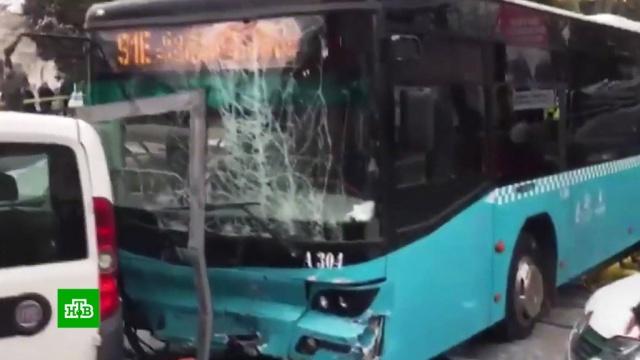 В Стамбуле автобус протаранил остановку с людьми.ДТП, Стамбул, Турция, автобусы.НТВ.Ru: новости, видео, программы телеканала НТВ