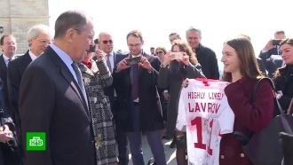Лаврову подарили футболку с надписью-мемом
