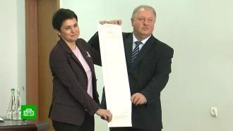 Держать вдвоем: украинский ЦИК показал огромные бюллетени для голосования