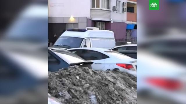 Саратовцы побили водителя, не пропустившего скорую сребенком.Саратов, автомобили, дети и подростки, драки и избиения.НТВ.Ru: новости, видео, программы телеканала НТВ