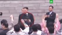 Фотограф нанес ущерб «высочайшему достоинству» Ким Чен Ына.Личного фотографа Ким Чен Ына уволили и исключили из партии за нарушение правил съемки. 47-летний Ри подошел к главе КНДР слишком близко.Ким Чен Ын, Северная Корея.НТВ.Ru: новости, видео, программы телеканала НТВ