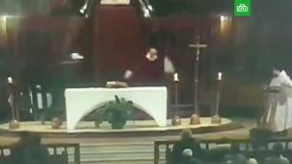Священника изрезали ножом во время службы