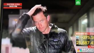 Американский корреспондент плюнул себе на голову во время прямого включения