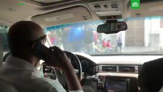 В Каракасе машину Гуайдо забросали камнями
