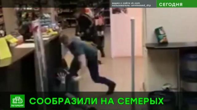 Охрана питерского алкомаркета нокаутировала воришек.Санкт-Петербург, драки и избиения, кражи и ограбления, магазины.НТВ.Ru: новости, видео, программы телеканала НТВ