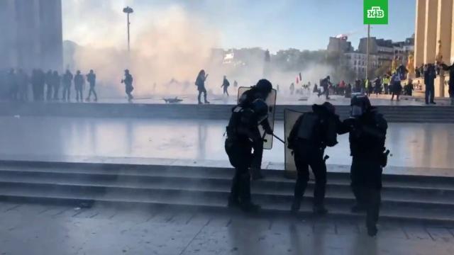 Марш «желтых жилетов» вПариже финишировал вдыму ислезоточивом газе.Париж, Франция, беспорядки, митинги и протесты.НТВ.Ru: новости, видео, программы телеканала НТВ