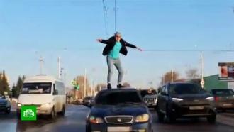 Полицейские ищут блогера после опасных танцев на крыше машины