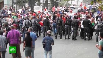 В Венесуэле протестующих обстреляли с вертолета