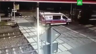 Поезд протаранил машину скорой помощи с врачами