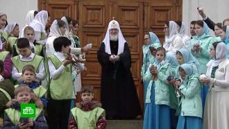 Патриарх Кирилл в Благовещение выпустил птиц в небо