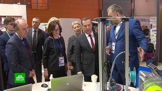 Медведев посетил открывшийся на ВДНХ международный салон образования