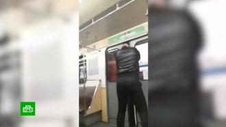 Неадекват разгромил вагон метро вПетербурге