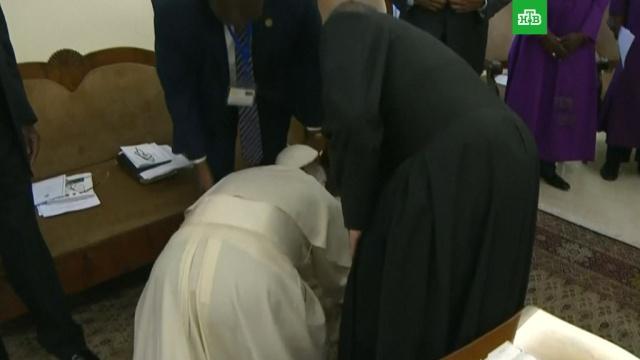 Папа римский на коленях поцеловал ноги лидерам Южного Судана: видео.Ватикан, папа римский, религия, Судан.НТВ.Ru: новости, видео, программы телеканала НТВ