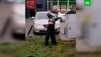 Буйного водителя примотали скотчем кстолбу вКиеве