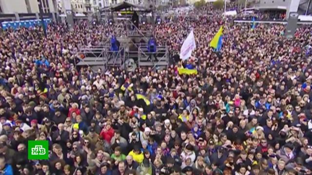 Пытавшиеся уйти с выступления Порошенко украинцы устроили давку.Порошенко, Украина, выборы.НТВ.Ru: новости, видео, программы телеканала НТВ