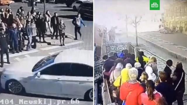 BMW не думал тормозить: момент ДТП в центре Петербурга попал на видео.ДТП, Невский проспект, Санкт-Петербург.НТВ.Ru: новости, видео, программы телеканала НТВ