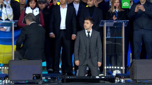 Зеленский иПорошенко встали на колени на дебатах.выборы, Зеленский, Порошенко, Путин, Украина.НТВ.Ru: новости, видео, программы телеканала НТВ