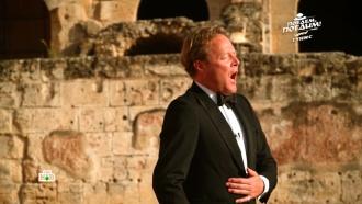 Джон Уоррен спел в «африканском Колизее»