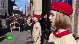Тысячи людей в России возлагают цветы к мемориалам Великой Отечественной войны