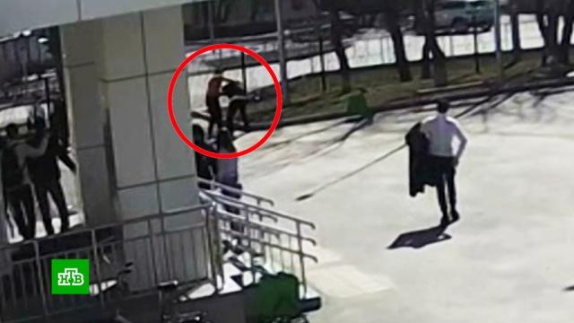 Бодибилдер напал на подростка возле школы в Тюмени.Тюмень, дети и подростки, драки и избиения, школы.НТВ.Ru: новости, видео, программы телеканала НТВ