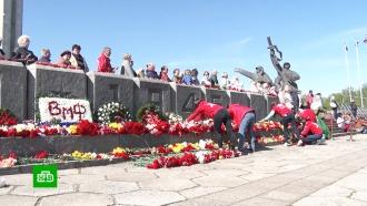 Жители Риги в День Победы встали на защиту советского памятника