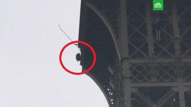 Мужчина забрался на Эйфелеву башню и угрожает покончить с собой.Неизвестный мужчина забрался по конструкциям Эйфелевой башни до самой ее вершины. Прибывшим на место спасателям он заявил, что планирует совершить самоубийство.Париж, Франция.НТВ.Ru: новости, видео, программы телеканала НТВ