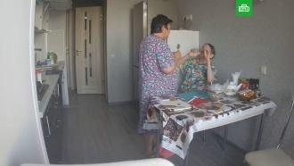 Жестокое обращение сиделки с больной пенсионеркой попало на видео.
