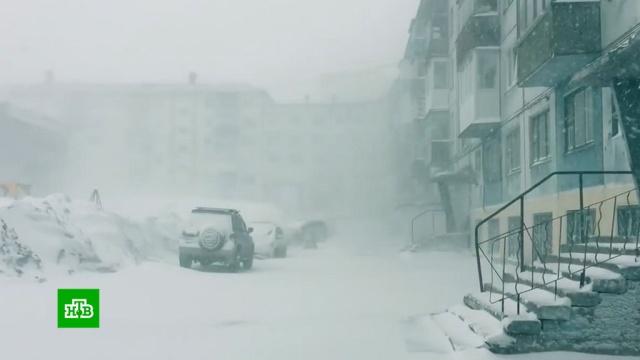 ВВоркуте устраняют последствия небывалой майской метели.Коми, погодные аномалии, снег.НТВ.Ru: новости, видео, программы телеканала НТВ