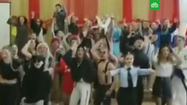 Выпускники извинились за БДСМ-вечеринку во Владивостоке.Выпускники из Владивостока, устроившие костюмированную вечеринку в стиле БДСМ в стенах школы №74, принесли извинения директору и всему педагогическому составу учебного заведения.Владивосток, МВД, выпускники, скандалы, школы.НТВ.Ru: новости, видео, программы телеканала НТВ