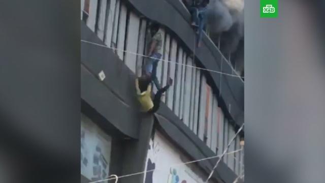 В Индии начались проверки после гибели 19 подростков при пожаре.Индия, дети и подростки, пожары.НТВ.Ru: новости, видео, программы телеканала НТВ